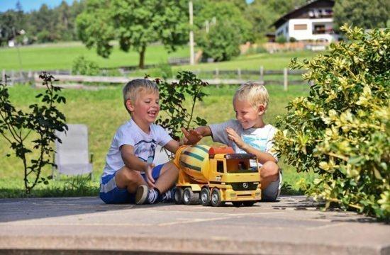 kinderspielplatz-auto-spielen
